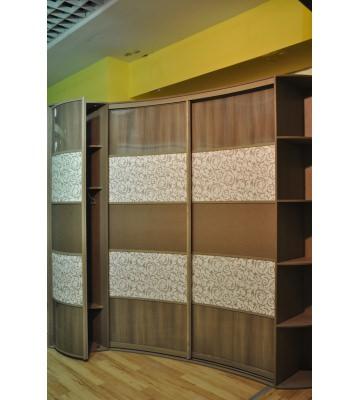 Трехдверный радиусный шкаф - купе с распашными и купейными дверями и декоративными вставками из кожи и глянца